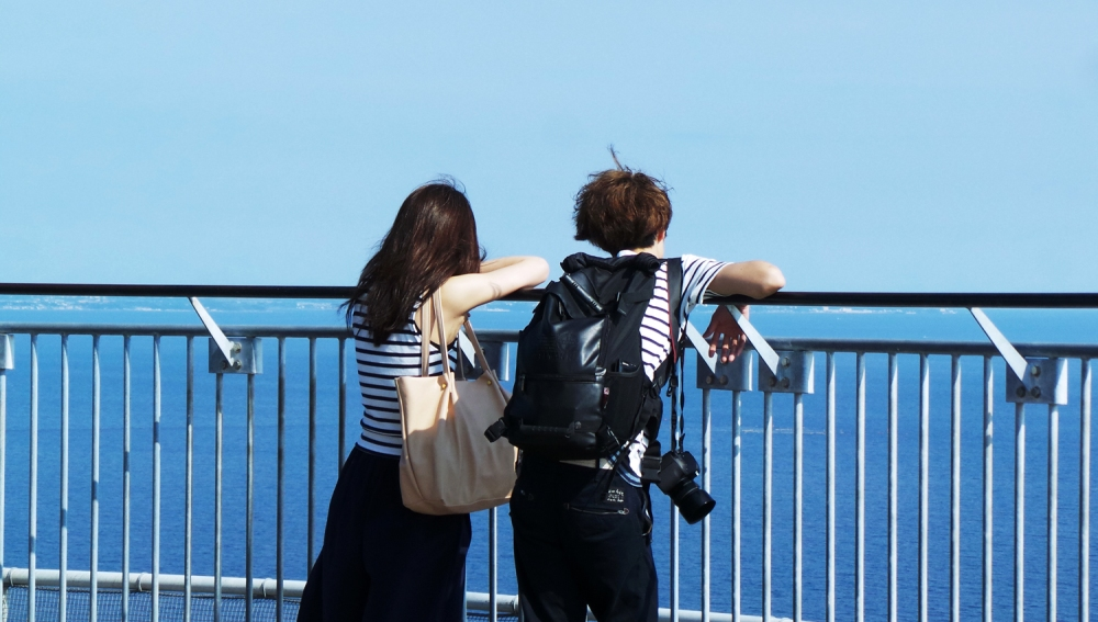 Couple au sommet de la tour d'obervation du jardin Samuel Cocking à Enoshima