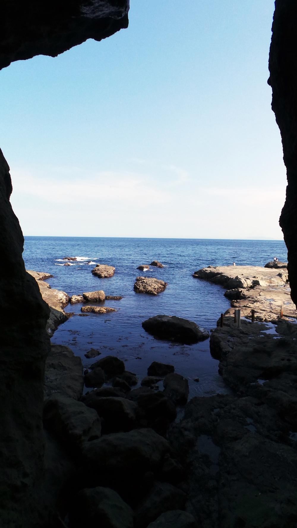 Vue sur la mer dans les grottes d'Iwaya à Enoshima