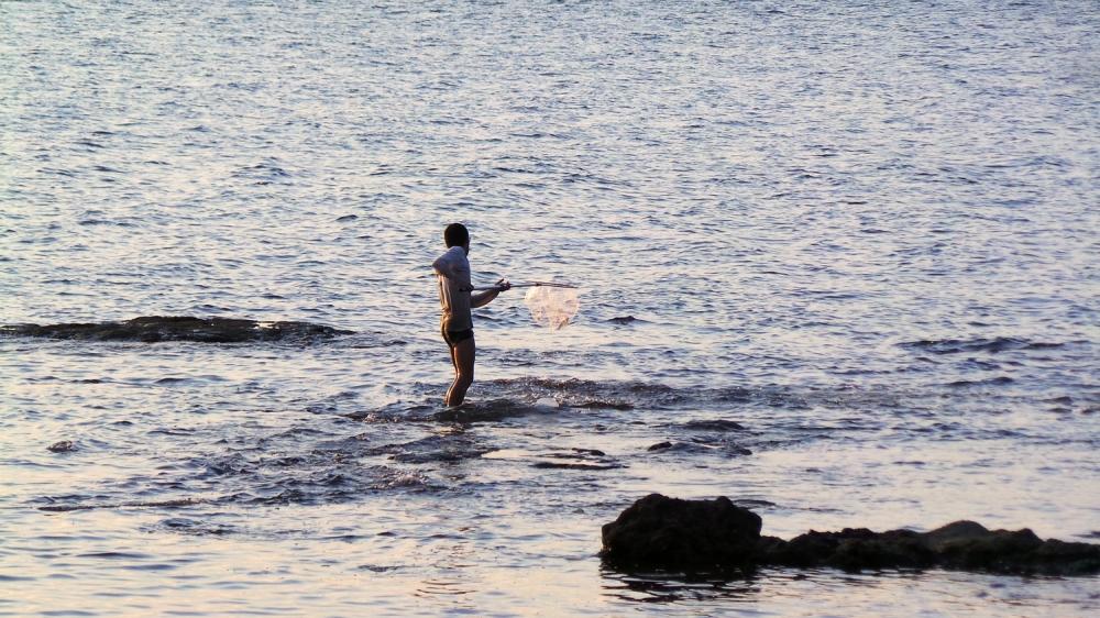 Pécheur et couché de soleil sur la plage d'Enoshima