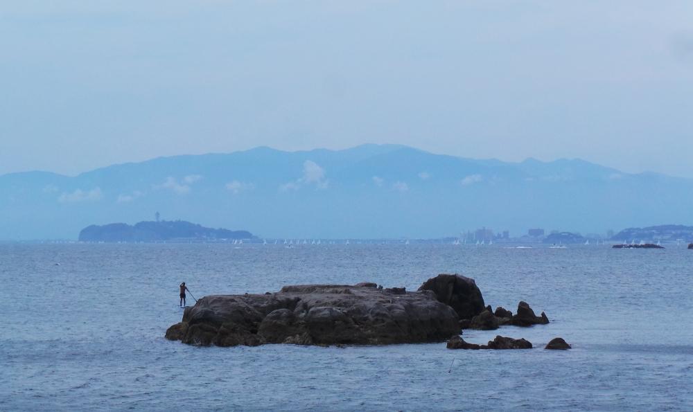 Paddle vu de la plage des millionnaires à Hayama près de Tokyo