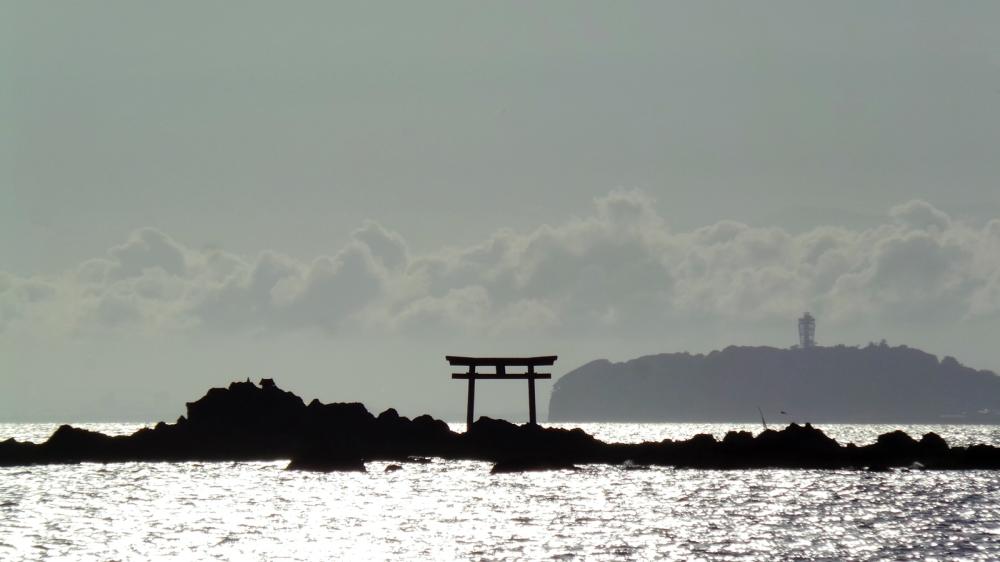 Torii flottant à Hayama, plage près de Tokyo