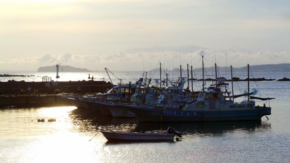 Coucher de soleil sur le port d'Hayama près de Tokyo