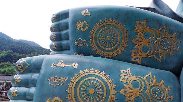 Les magnifiques pieds du Bouddha géant du temple Nanzoin à Fukuoka.