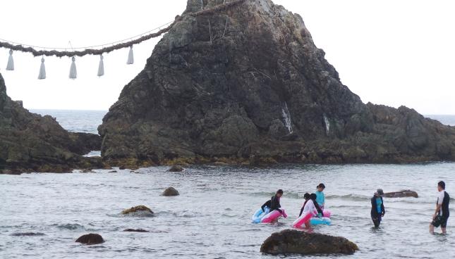 Baigneurs au Sakurai Futamigaura Rock Couple