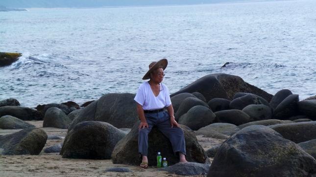 Vieil homme sur la plage au Sakurai Futamigaura Rock Couple