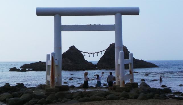 Lancé de pierres sur torii au Sakurai Futamigaura Rock Couple