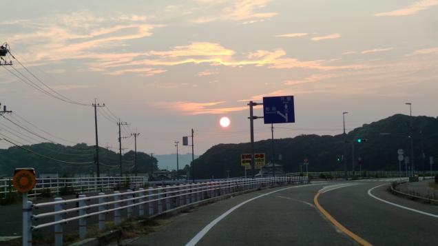 Coucher de soleil sur la route d'Itoshima, Japon