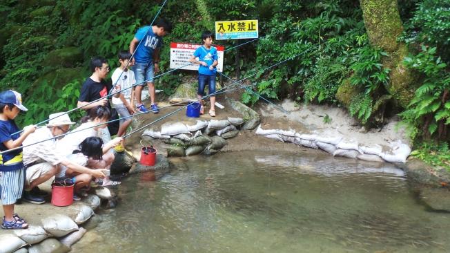 On pêche son poisson à la cascade Shiraito, Itoshima, Kyushu, Japon