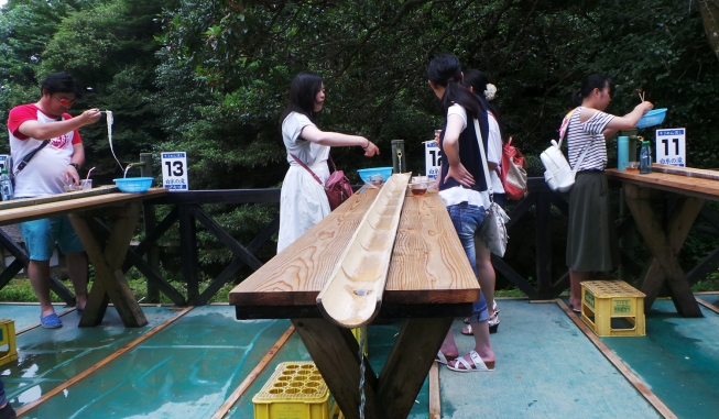 Dégustation de somen nagashi à la cascade Shiraito, Itoshima, Kyushu, Japon