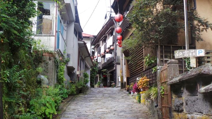 Jolie ruelle pavée dans le village de Yonohira près de Yufuin, Kyushu