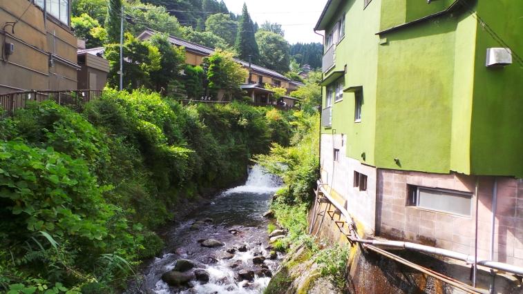 Rivière et maisons perchées dans le village de Yonohira près de Yufuin, Kyushu