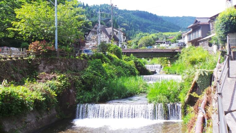 Cascades sur la rivière du village de Yonohira près de Yufuin, Kyushu