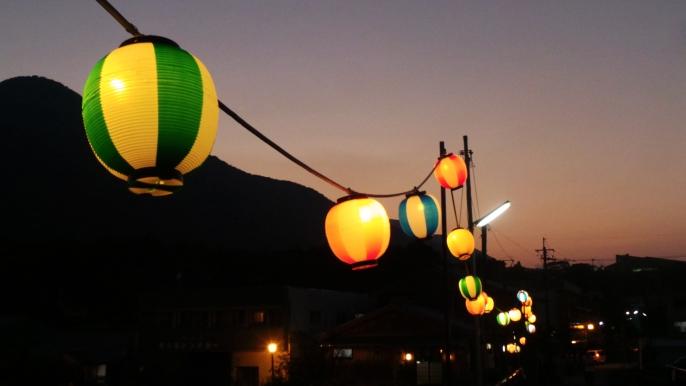 Lampions du romantique pont Miyanoura, sur l'île de Yakushima, Japon.