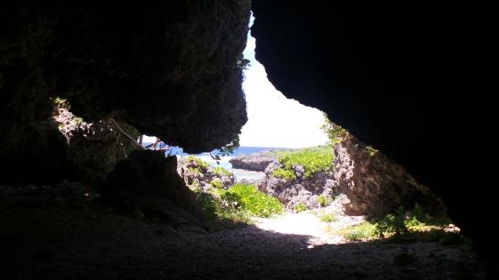 À l'intérieur de la grotte du cape Manza, Okinawa