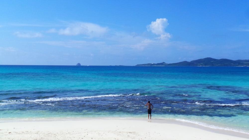 Plage d'eaux turquoise sur l'île de Kumejima, Okinawa