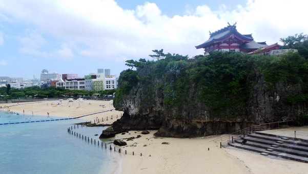 Le sanctuaire Naminoue surplombant la plage à Naha, Okinawa