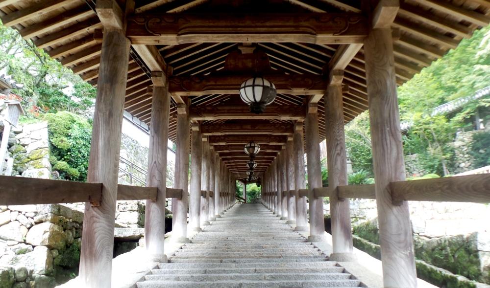 Visite d'Hasedera, temple perché dans les montagnes près d'Asuka, Kansai, Japon.
