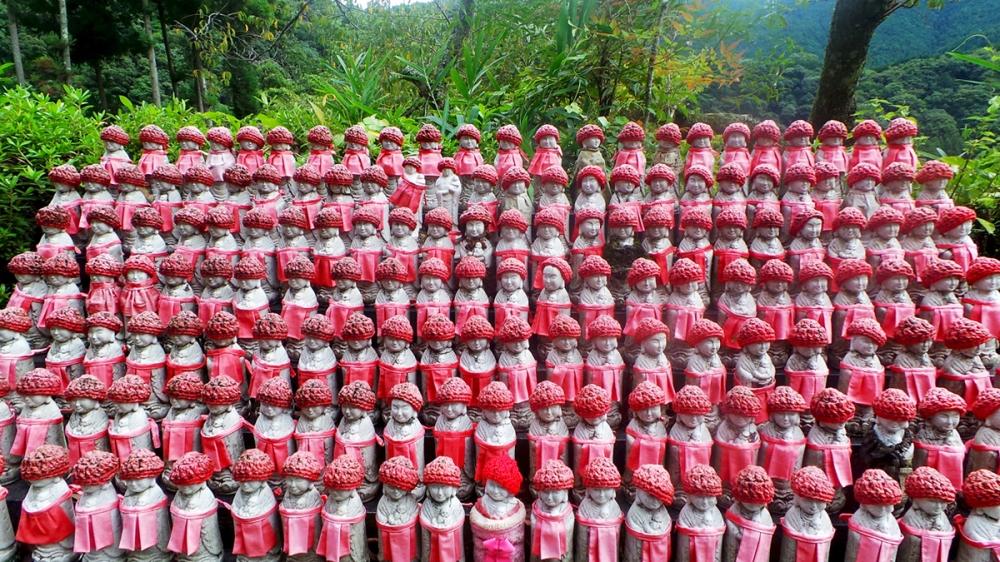 Petites statues de bouddhas avec bonnet au temple Hasedera, près d'Asuka, Kansai, Japon.