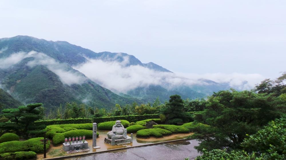 Magnifique vue sur les montagnes au sanctuaire Kumano Nachi Taisha, Kansai, Japon.