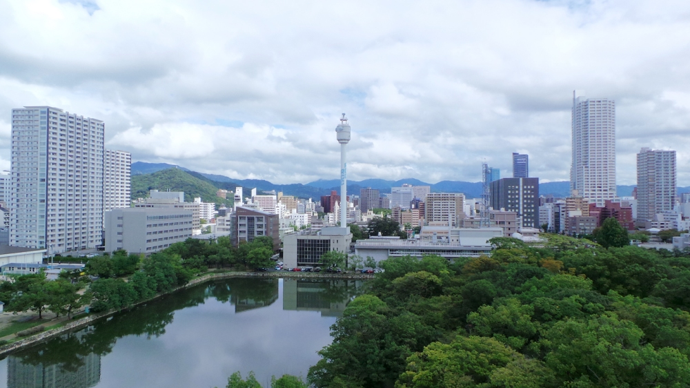 Vue sur la ville d'Hiroshima en haut de son château, Japon.
