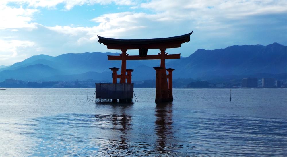 Torii flottant de Miyajima, petite île au large d'Hiroshima, Japon.