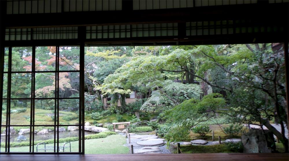 Vue du pavillon de thé sur le joli jardin Murin-an à Kyoto, Japon.