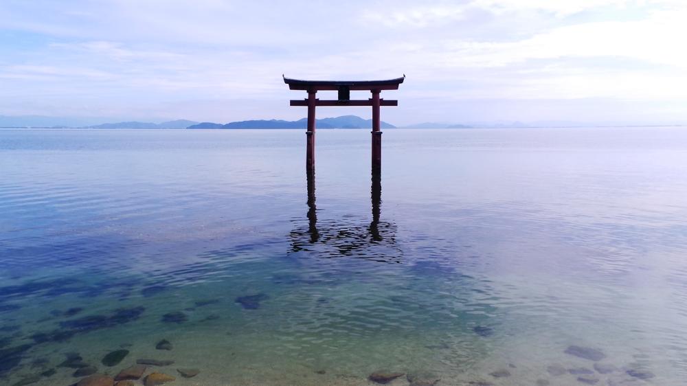 Torii flottant sur le lac Biwa, sanctuaire Shirahige, Kyoto, Japon.