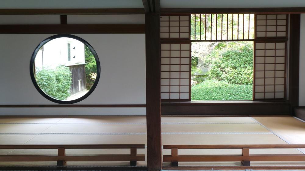Fenêtres ronde et carré du temple Genkô-an, Kyoto, Japon
