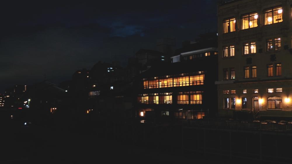 Restaurants illuminés le long de la rivière à l'entrée du quartier historique de Gion, Kyoto, Japon.