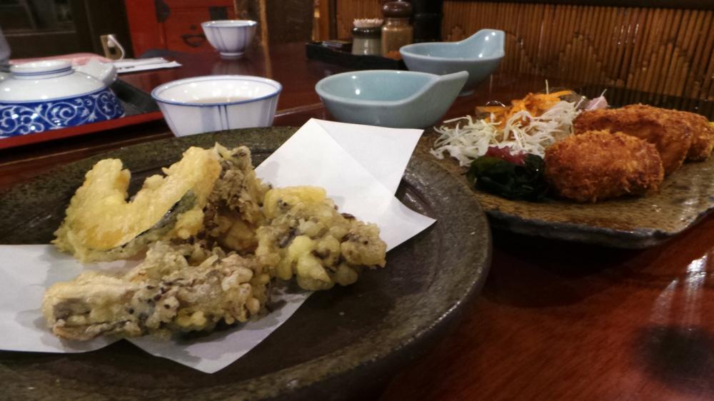 Tempura et croquettes dans un restaurant de la préfecture de Gunma, Japon.
