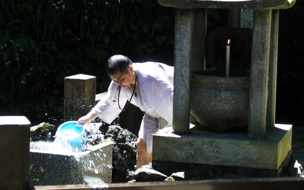 Cérémonie de purification pendant une randonnée au mont Takao, Tokyo, Japon.