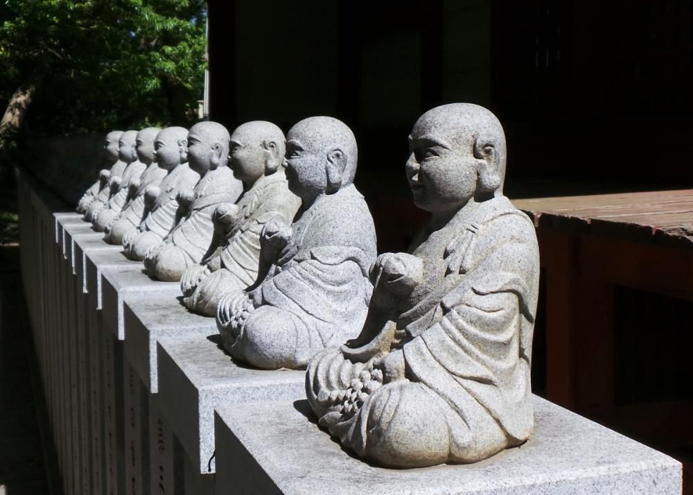 Bouddhas du temple Yakuoin au mont Takao, Tokyo, Japon.