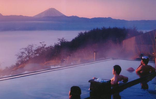 Le onsen hottarakashi donne sur le mont Fuji, près de Tokyo, Japon.