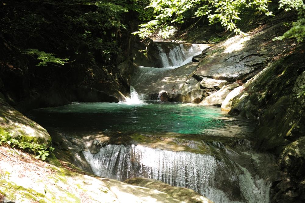 Randonnée dans les gorges de Nishizawa près de Tokyo, Japon.