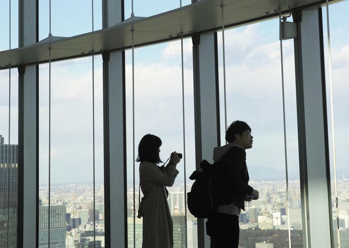 Les fenêtres du Tokyo City View donnant sur la baie de Tokyo, Roppongi, Japon.