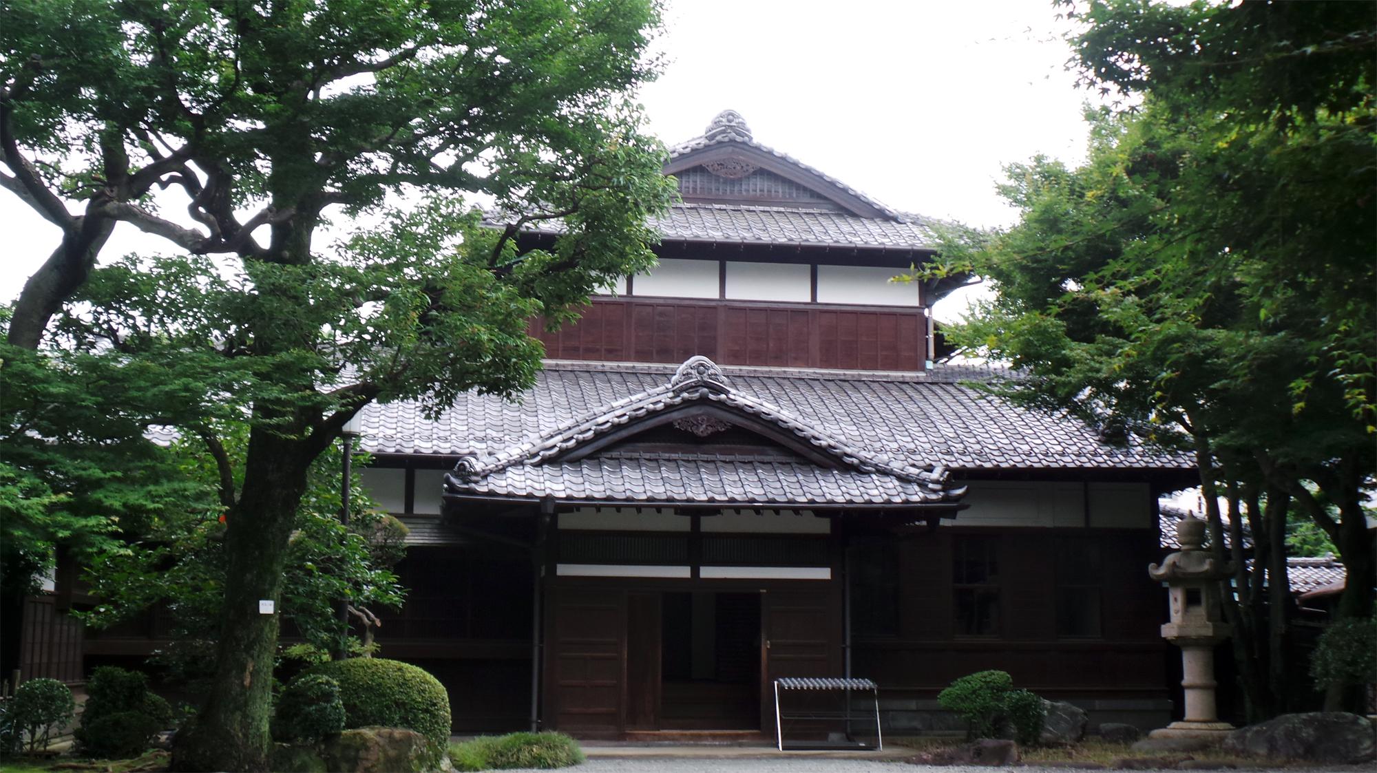 maison au japon elegant luaccs au pavillon japonais se fait par un pas qui traverse le jardin. Black Bedroom Furniture Sets. Home Design Ideas