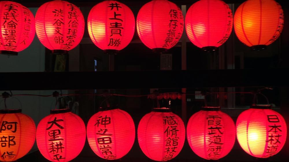 Cérémonie dans un temple bouddhiste le soir sur nouvel an