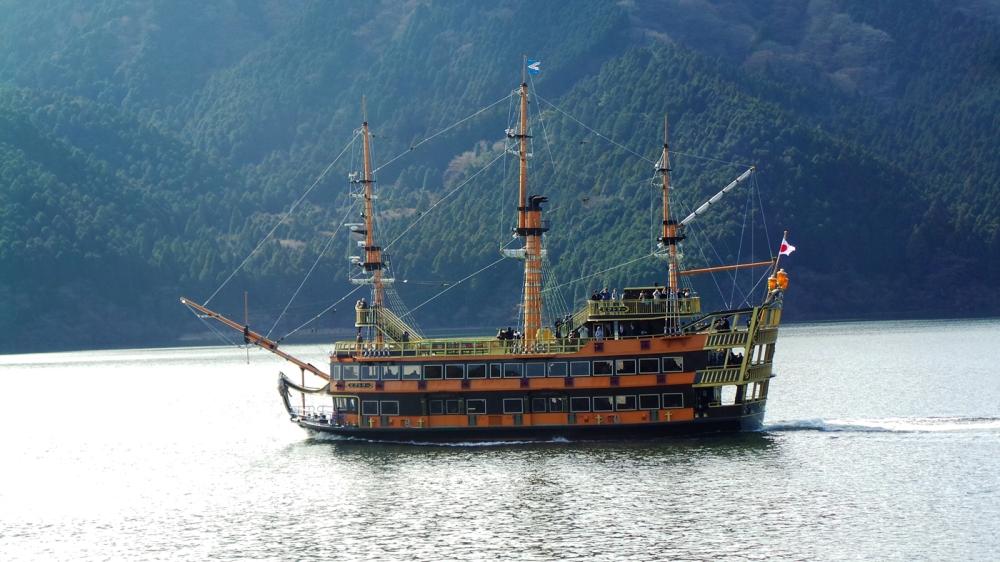 Traversée du lac Ashi sur un bateau pirate à Hakone, Japon