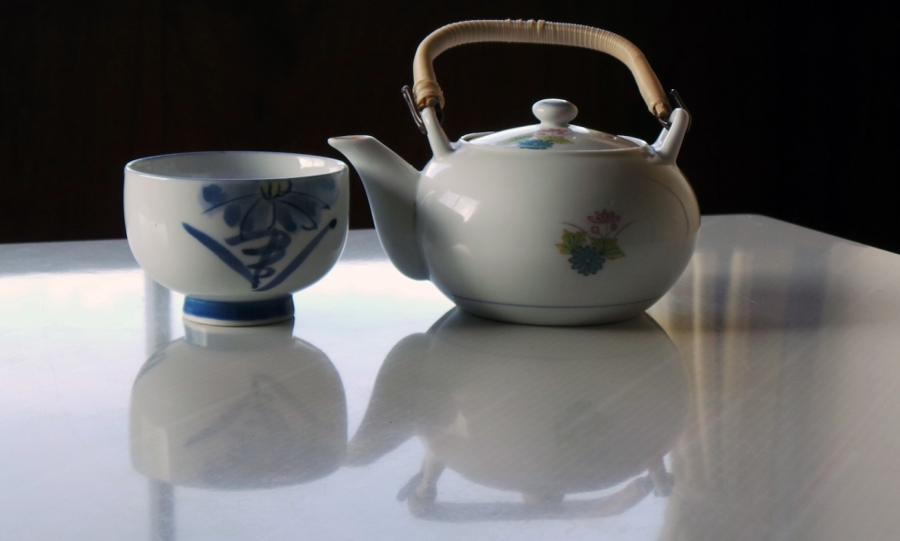 Tasse de thé japonais servi dans un ryokan à Izumi, Kyushu, Japon.