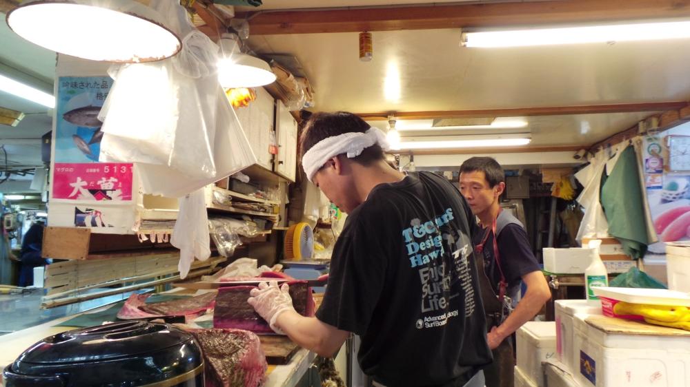 Découpe de thon rouge au marché de Tsukiji, Tokyo, Japon.