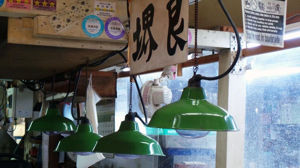 Belle lumière de la halle aux poissons du marché de Tsukiji, Tokyo, Japon.