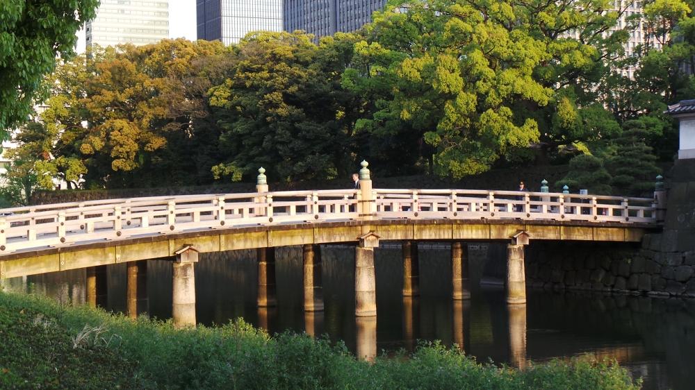 Vieux pont en pierre autour du palais impérial du Japon à Tokyo.