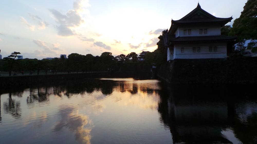 Coucher de soleil sur le palais impérial de Tokyo, Japon.