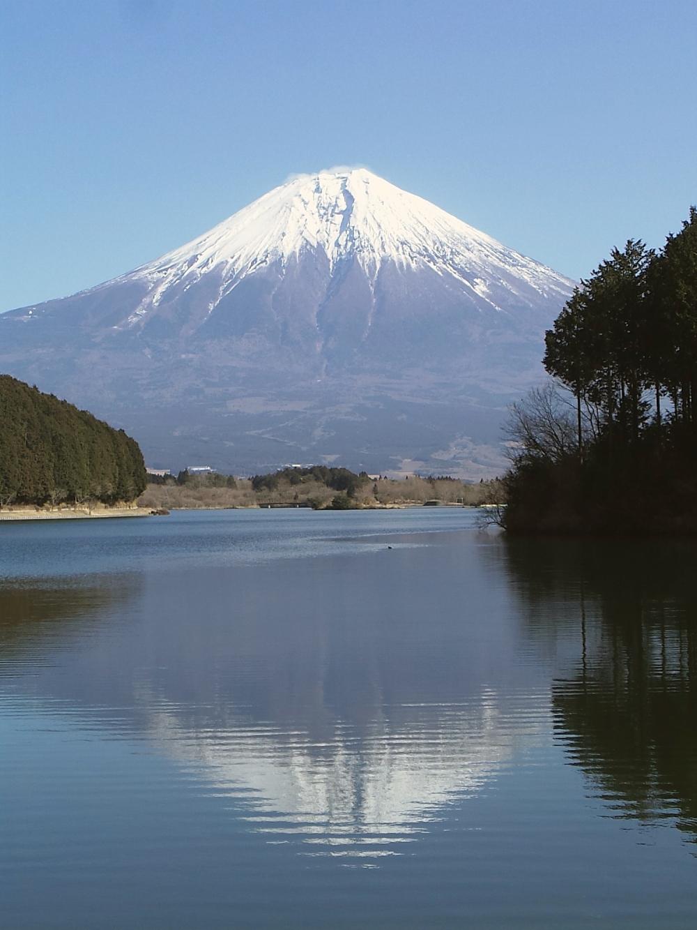Fuji se reflétant sur le lac Tanuki, préfecture de Shizuoka, Japon