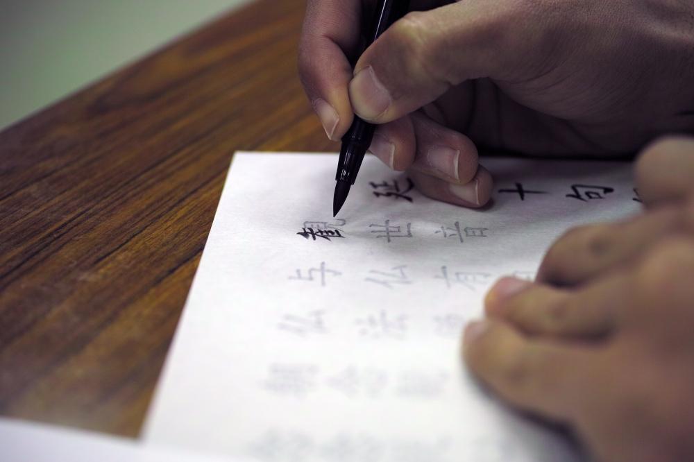 Leçon de calligraphie au temple Okuyama Houkouji, préfecture de Shizuoka, Japon.