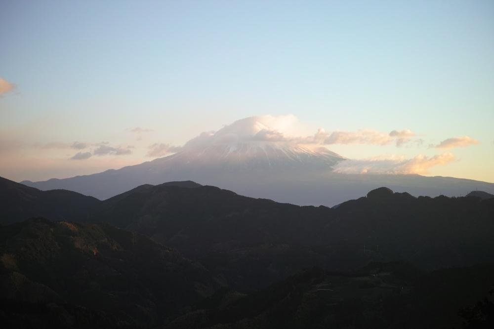 Lever du soleil sur le Fuji à Shimizu Yoshihara, montagnes de Shizuoka, Japon