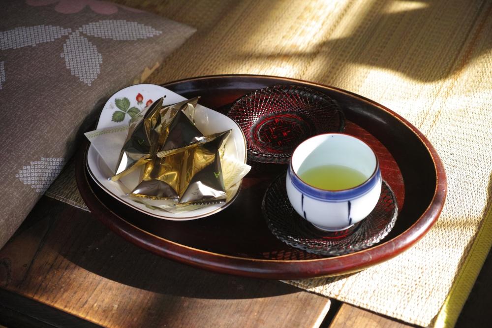 Pause thé chez l'habitant dans une maison kabuto zukuri dans les montagnes Shizuoka, Japon.