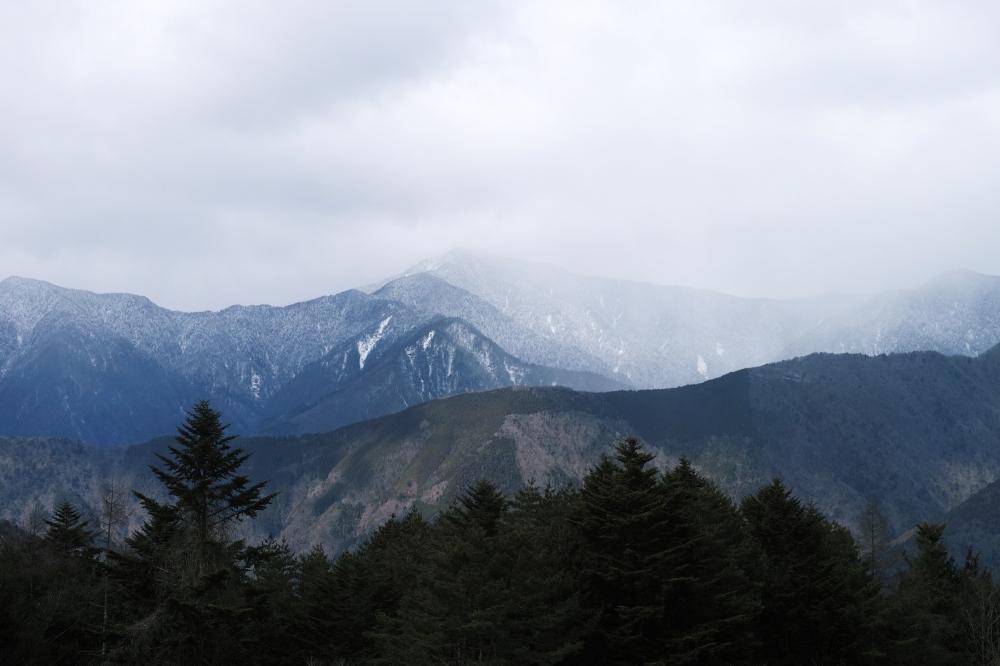 Sommets embrumés des Alpes japonaises sur la route dans la préfecture de Shizuoka, Japon.