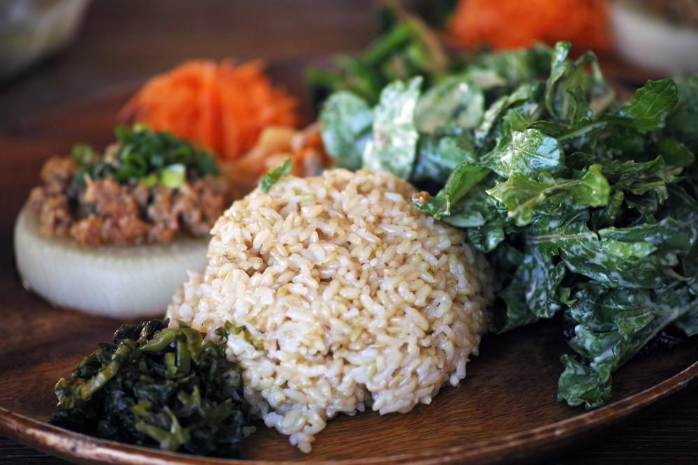 Assiette de légumes bio au restaurant paradise beer factory à Kashima, près de Tokyo, Japon.