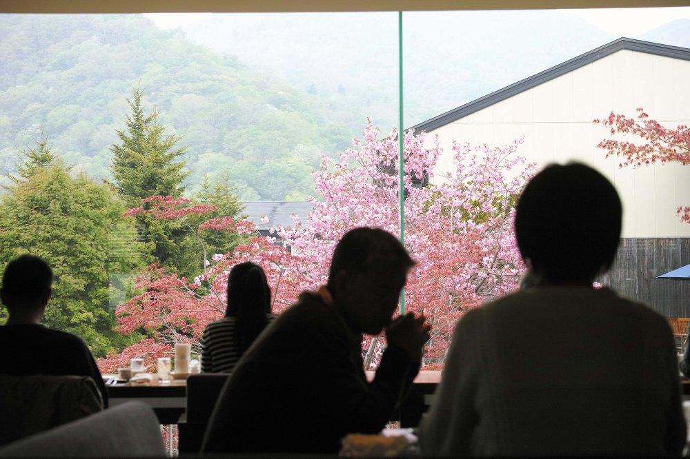 Vue du restaurant Mizu no uta au lac de Shikotsu, au sud de l'île d'Hokkaido, Japon.